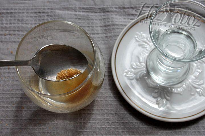 Коржи прежде всего мы пропитаем и для этого подготовим специальный сироп. Для сиропа нам понадобится: ром, сахарный песок, горячая вода и немного лимонного сока. Все следует перемешать и остудить