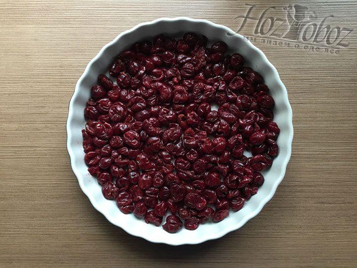 Размороженные или свежие вишни помещаем на дно формы, но только в один слой