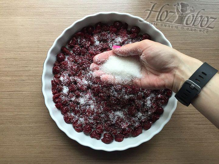 Вишни непременно нужно присыпать неиспользованной частью сахарного песка, а также по желанию сдобрить пряностями и ромом