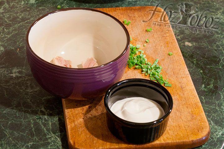 Готовим рассольник к подаче – нарезаем в тарелки мясо, шинкуем зелёный лук и добавляем сметану