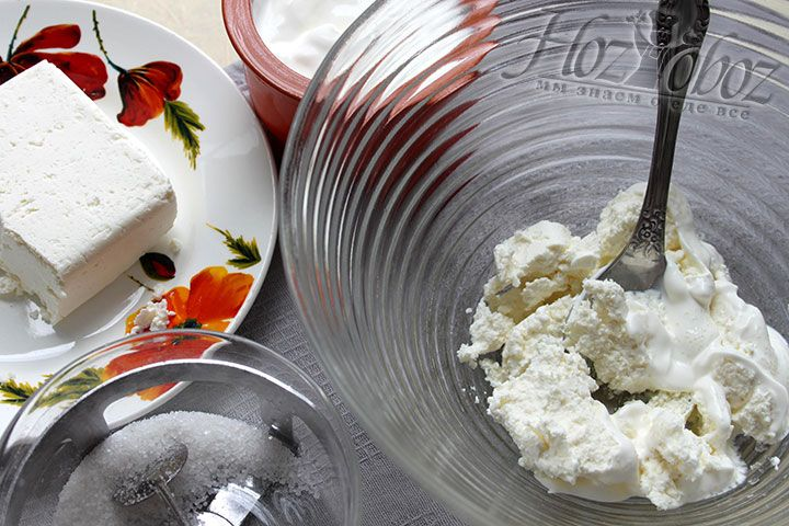 Для суфле разминаем ложкой творог, а затем вводим в него сметану и сахарный песок