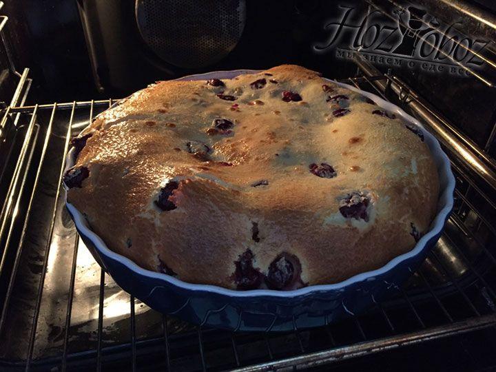 У готового пирога на поверхности образуется горка, как на фото. Это говорит о его равномерной готовности