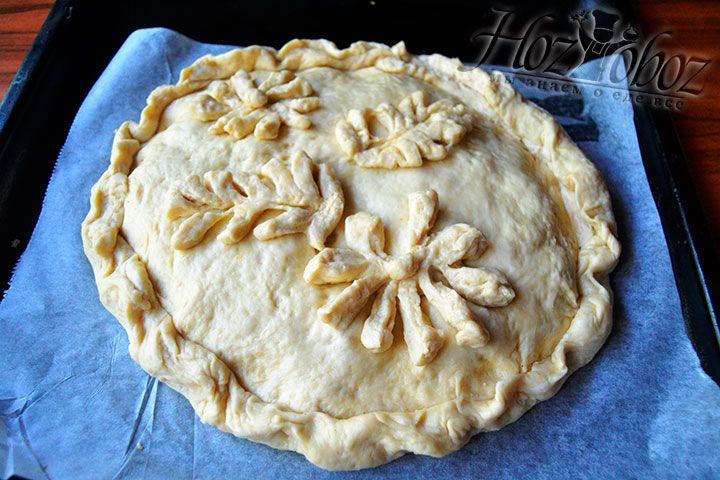 Пофантазируйте и слепите украшения для пирога, которые нужно положить наверх пирога в произвольном месте