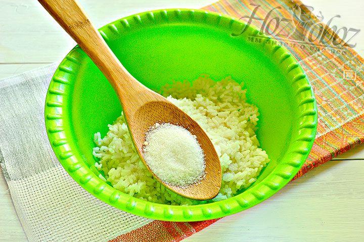 Выкладываем рис в миску и добавляем туда же сахарный песок