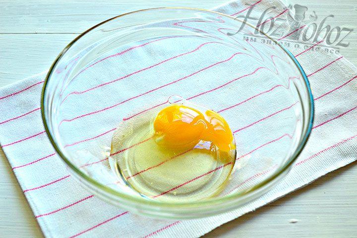 В предназначенную для теста миску разбиваем яйца