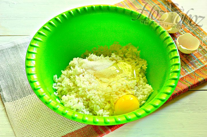 Разбиваем в фарш яйцо