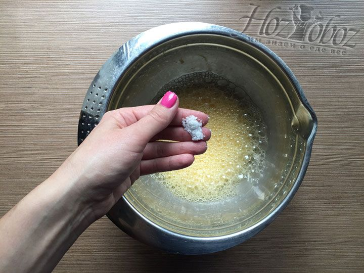 Вводим в будущее тесто щепотку соли