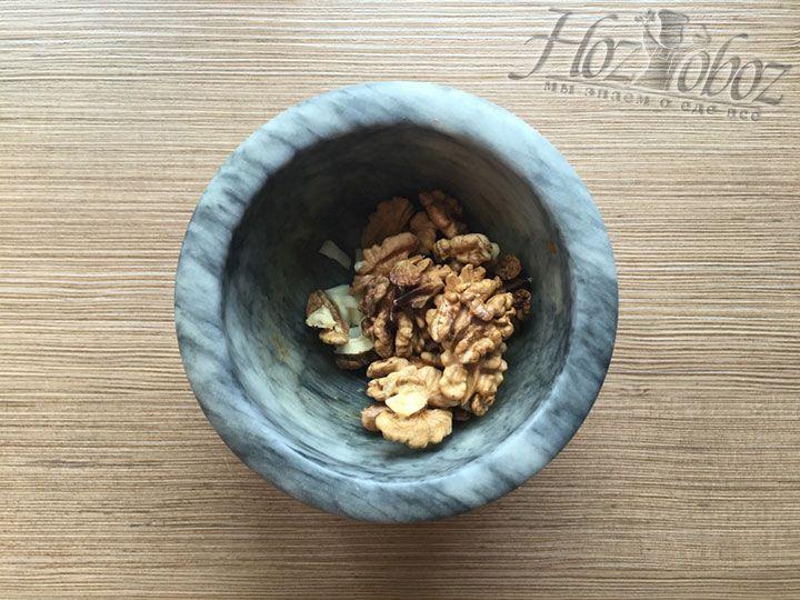 К чесноку оправляем ядра очищенных грецких орехов