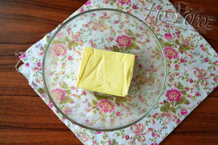 Поместите кусок сливочного масла в форму для СВЧ-печи