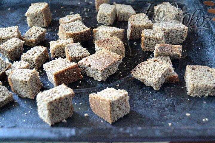 Поместите хлебные брусочки на противень