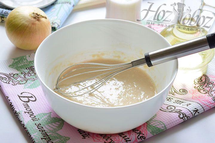Соединим дрожжи с сахаром, водой и добавим немного муки