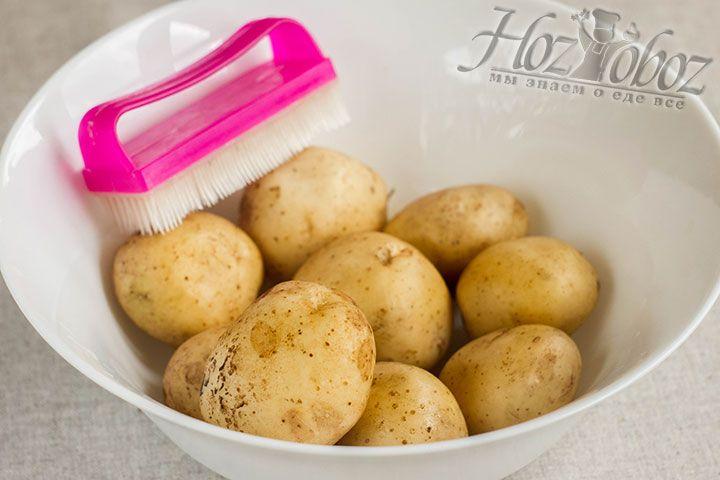 Чистим картофель щеточкой