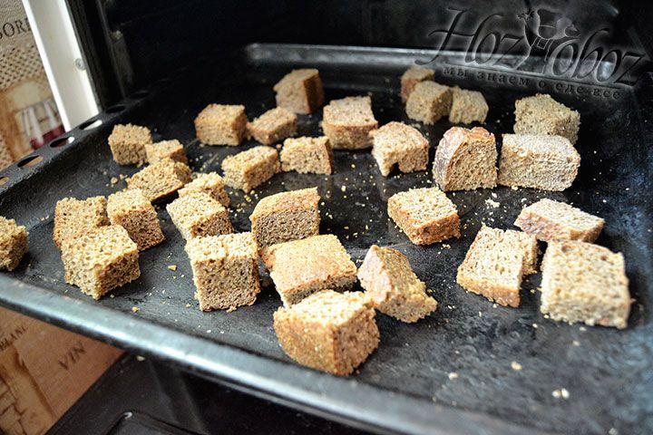 Противень с хлебными ломтиками поместите в духовку на 15-20 минут