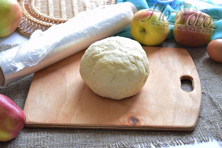 Из теста сформируем шар и завернём его в пищевой полиэтилен