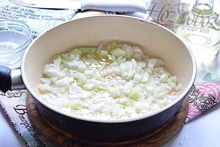 Измельчённый лук обжарим в большом количестве масла на сковороде