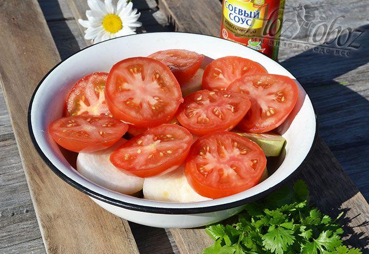 Порежем широкими кольцами помидоры и добавим к основным овощам