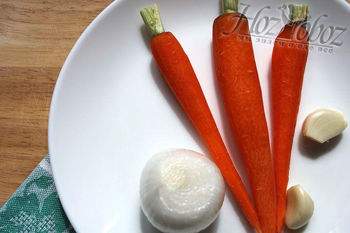 Морковь, лук и чеснок обрабатываем для заправки куриных шариков