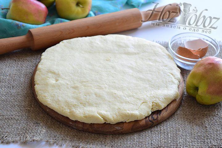 Воспользуемся скалкой и немного раскатаем охлаждённое тесто