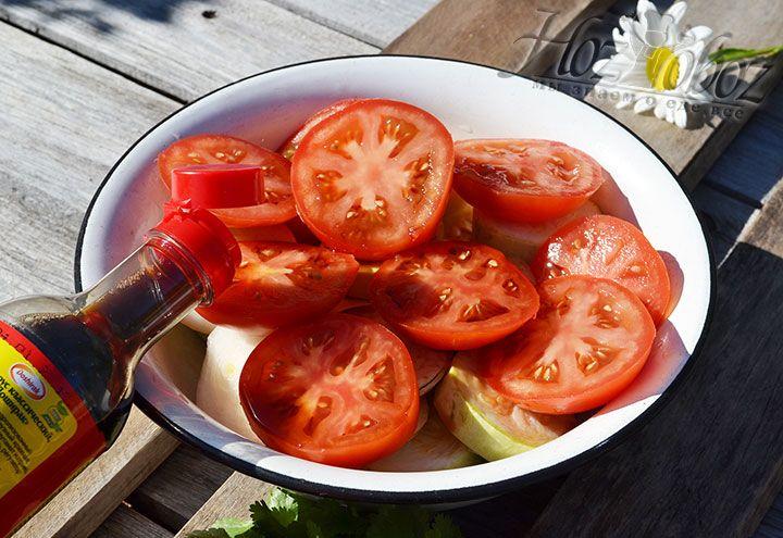 Всю нарезку из овощей необходимо замариновать в соевом соусе