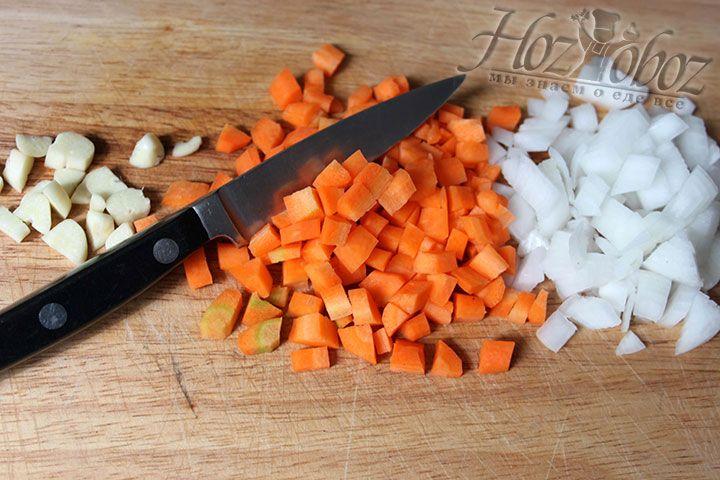 Овощи нарезаем по форме кубика