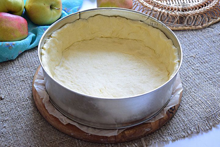 Перенесём раскатанное тесто в форму