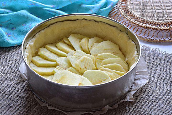 Очищенные дольки яблок выложим на тесто