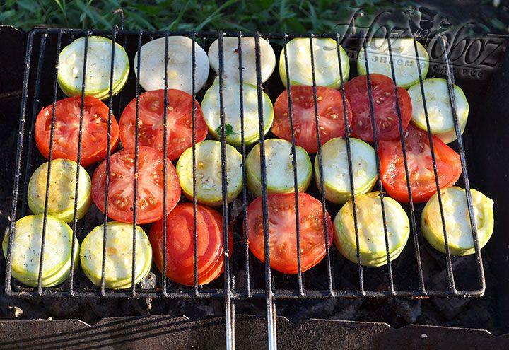 Украсим решетку маринованными овощами. Отправим на мангал для запекания