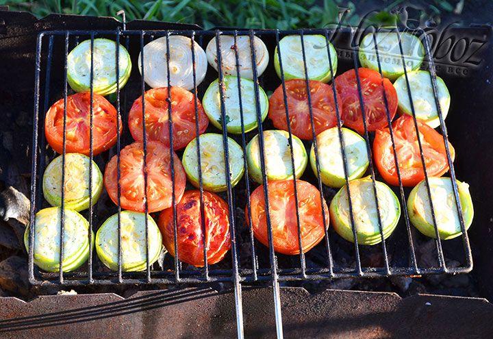 Равномерно поджариваем овощной шашлык снизу и сверху, переворачивая сетку через каждые три минуты. Время приготовления овощей на мангале не более 15 минут