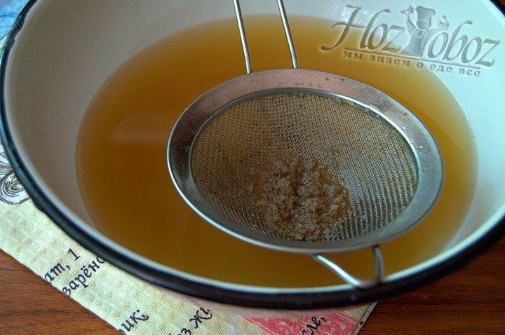 Для получения чистого напитка процедите жидкость через марлю или сито