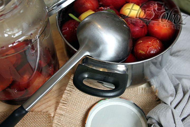 Для заготовки на зиму сливовый компот переливаем горячим