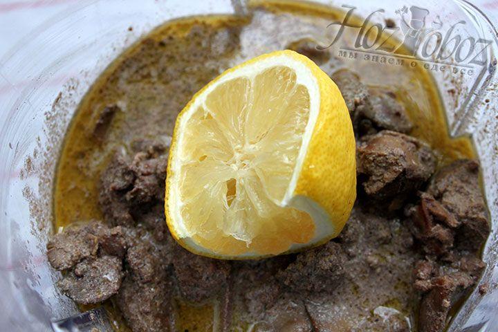 Для заготовки куриного паштета используем блендер, перекладываем печень и вводим лимонный сок
