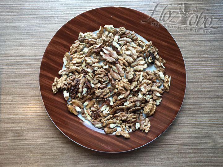 Ядра грецких орехов слегка подсушиваем для аромата