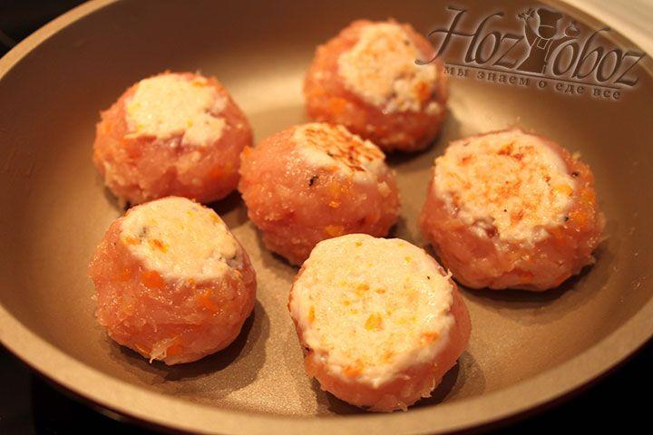 Обжариваем по 2 минуты с каждой стороны на сковороде куриные шарики, укладываем на поднос