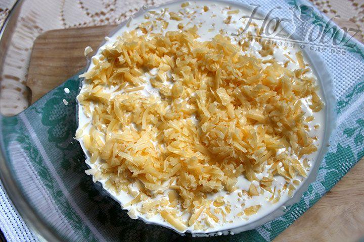 Сыр натираем на крупной терке, соединяем со сливками