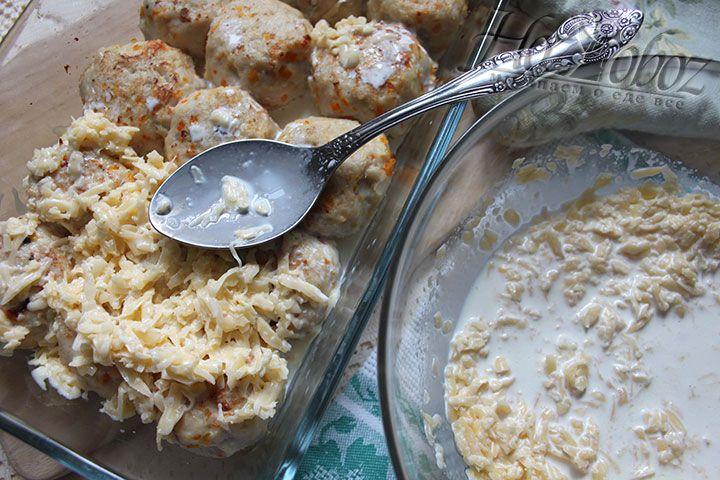 Запеченные куриные шарики обильно заливаем сливочно-сырным соусом