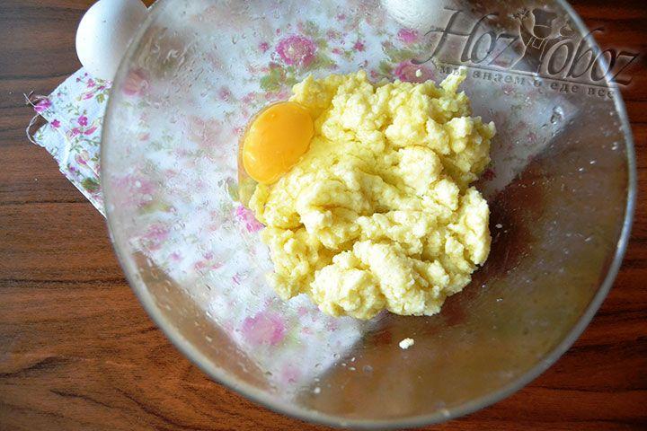 Разбейте яйцо и влейте его в кастрюлю с основой теста