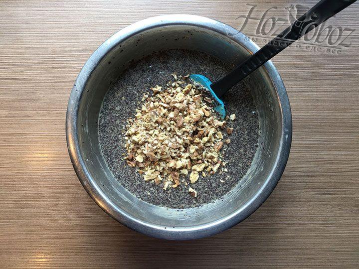 Насыпаем в тесто орехи