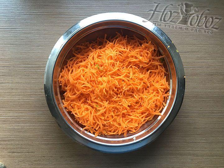 Морковку чистим и натираем длинной тонкой соломкой