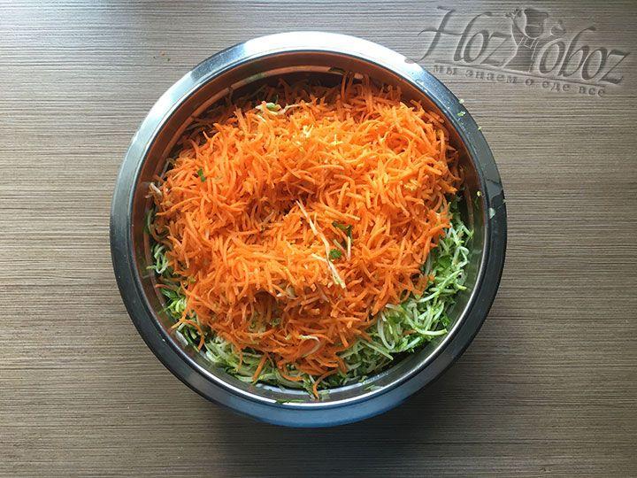 К кабачкам и зелени высыпаем натертую морковку