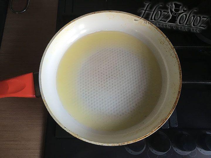 Раскаляем на огне сковородку с растительным маслом