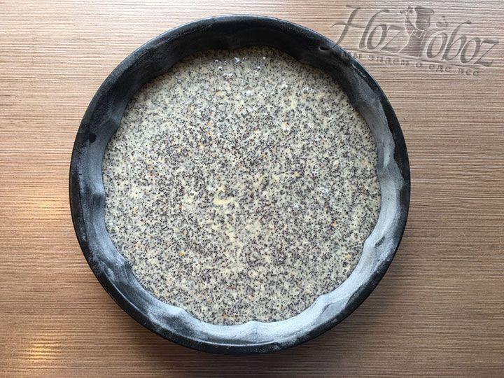 Тесто переливаем в форму для выпечки