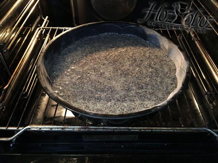 Выпекать пирог следует в духовке при температуре 180 градусов в течении 40 минут