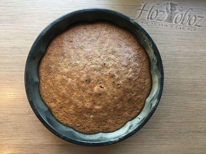 Пирог вынимаем из духовки и оставляем минут на 10
