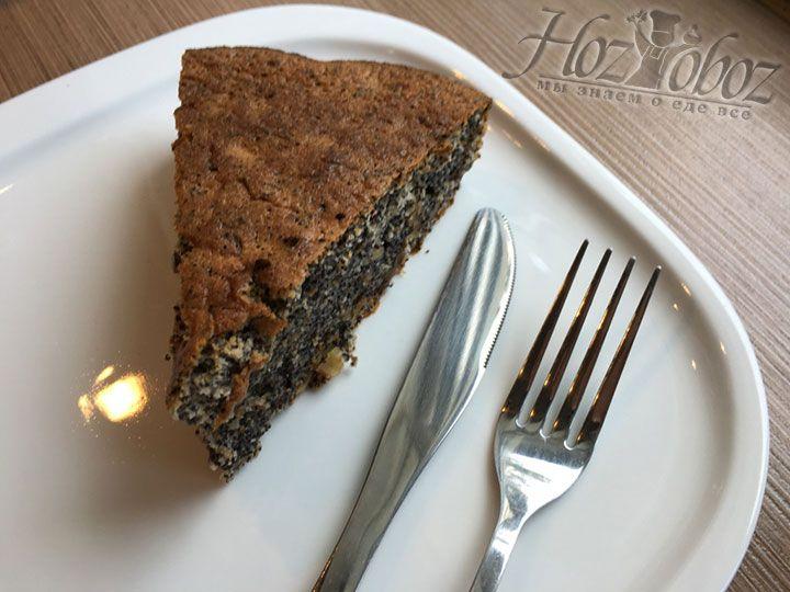 Готовый маковый пирог следует разрезать на порционные куски и подать к чаю, можно даже с растопленным шоколадом