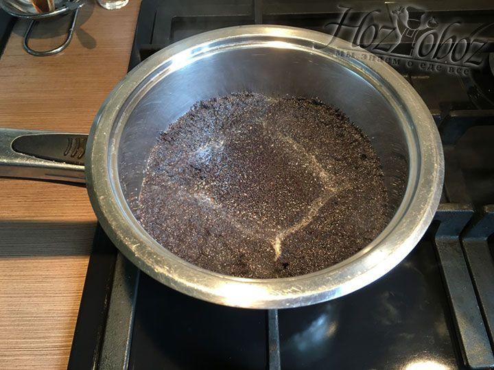 Провариваем мак в кипятке в течении 5 минут, а затем тушим огонь и настаиваем мак пока готовим тесто