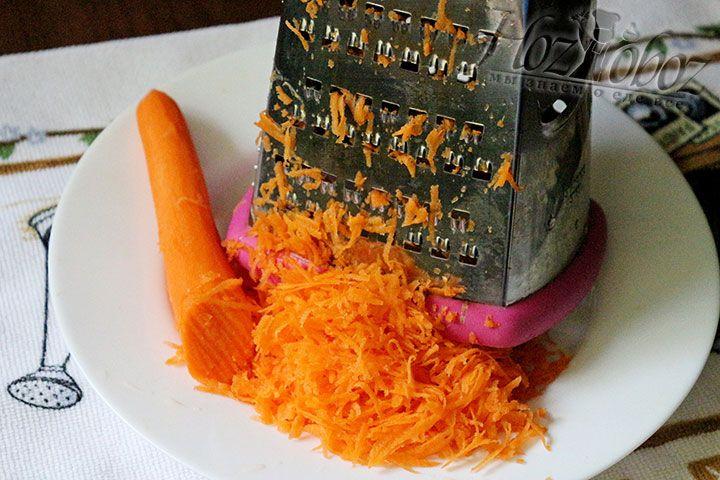 Трем морковь на крупной терке