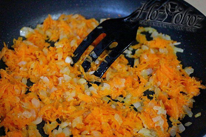 Пассируем лук и морковь на сковороде с добавлением растительного масла