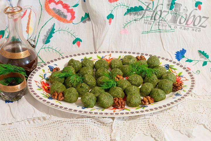 Добавляем на блюдо для подачи пхали свежую зелень, грецкие орехи.Заменив листья редиса другой зеленью, можно получить многообразие вкусов, сформовав тарелку с ассорти из пхали