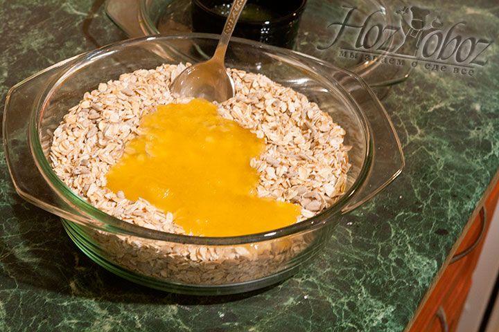 Соединим масло с мёдом с ранее подготовленной смесью овсяных хлопьев с семенами подсолнечника, сахаром, ванилью и солью