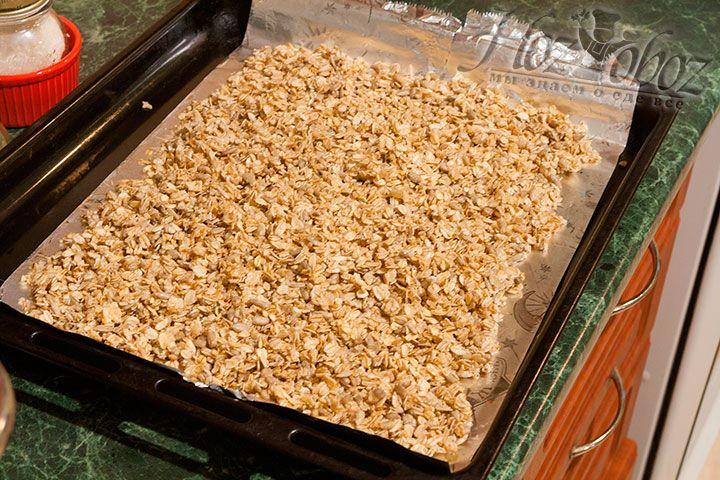 Разместим подготовленную овсянку на лист, закрытый фольгой, и поставим продукт для подсушивания в духовку, 180 градусов